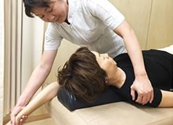 岩倉市ハンズ治療院・整骨院:骨格・骨盤矯正×深層調整の施術風景