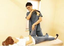 岩倉市ハンズ治療院・整骨院の坐骨神経痛施術風景