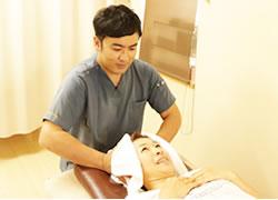 岩倉市ハンズ治療院・整骨院の頭痛の施術風景