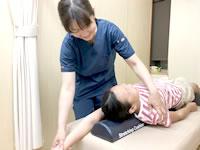 岩倉市のハンズ治療院・接骨院の猫背キッズプログラム施術