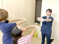 岩倉市のハンズ治療院・接骨院の猫背キッズプログラムエクササイズ指導