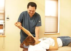 岩倉市ハンズ治療院・整骨院の四十肩・五十肩施術風景